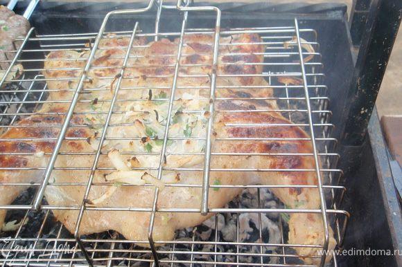 Курицу разместить на решетку, прижать посильнее и запекать на средних углях. У меня вышло примерно минут 40. Получается румяная корочка и нежное мясо! Приятного аппетита!