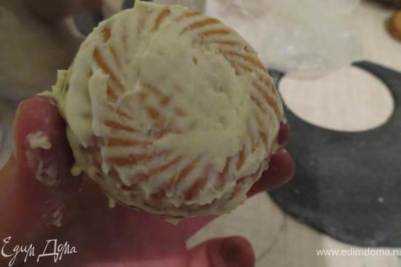 Делаем колеса: нужно подобрать печенье нужной формы, обмазать его остатками масляного крема, соскребала со стенок, чтобы мастика пристала.