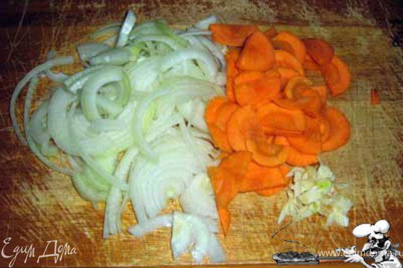 А теперь главный фокус – преобразуем все раздельные ингридиенты в единую композицию. Режем лук, чеснок и морковь.