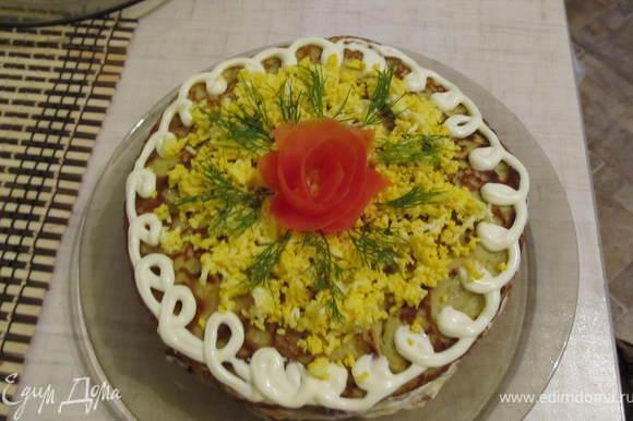 Верхний блинчик намазать майонезом, присыпать вареным яйцом (натертым на мелкой терке), украсить помидорами, зеленью.