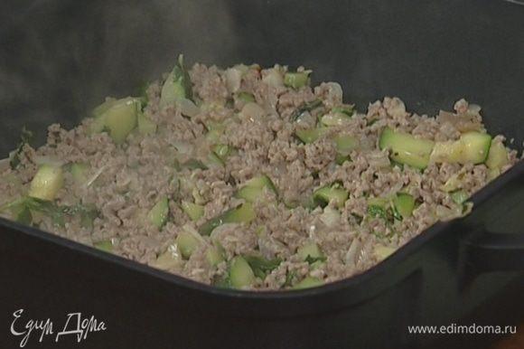 Глубокую жароупорную форму смазать сливочным маслом, выложить в нее фарш, а сверху слой пюре.