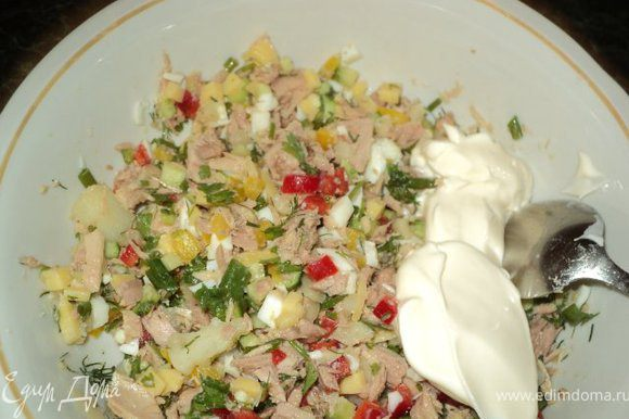 Добавить размятый вилкой тунец, майонез, соль и специи для рыбы, перемешать.