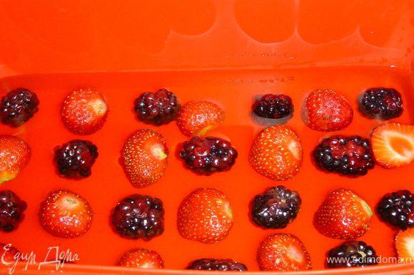 Остывшим(но не застывшим) желе заливаем ягоды и отправляем в холодильник до полного застывания желе.