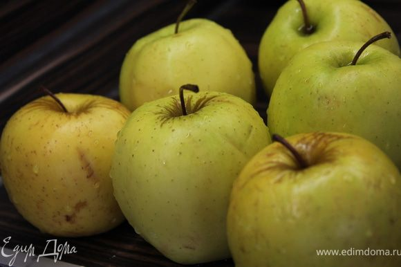 Духовку разогреть до 220 градусов. Подготовить яблоки - помыть, очистить от шкурки и сердцевины.