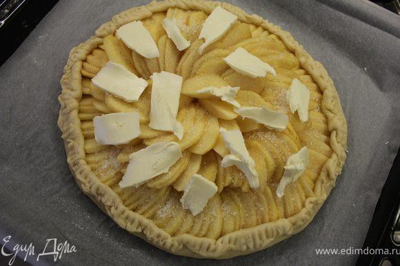 Присыпать яблоки сахаром, разложить кусочки масла и поднять края теста, сформировав бордюр... Выпекать 45 минут пока яблоки не зарумянятся и не станут мягкими.