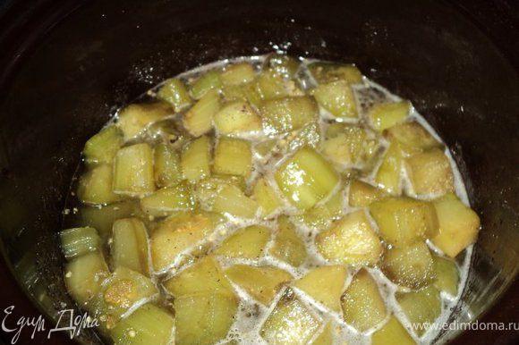 Затем баклажаны хорошо промыть, немного отжать и отварить в воде 5-7 мин. Вскипятить сироп ( вода + сахар), добавить пряности в марлевом мешочке ( я добавила еще цедру лимона), положить баклажаны и варить при небольшой температуре 40мин.