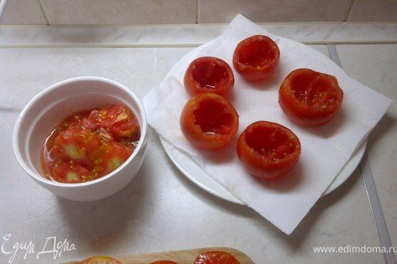"""Срезать """"жопку"""" помидора и аккуратно ложечкой вычистить мякоть. Из образовавшихся """"крышечек"""" вырезать хвостики."""