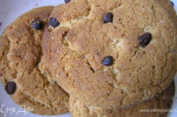 Для основы я взяла овсяное печенье с кусочками шоколада.