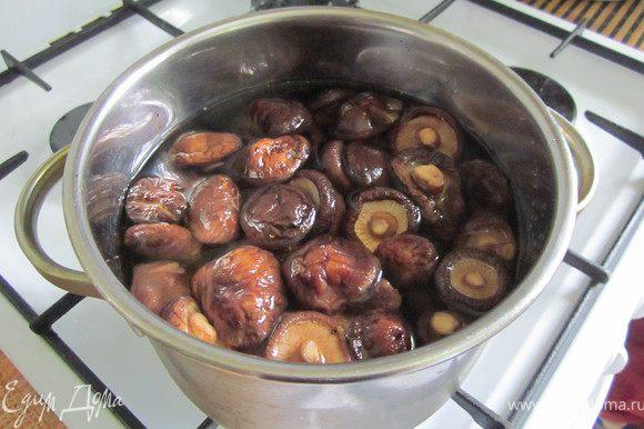 Грибы залить бульоном (если грибы сухие, замочить на ночь) и варить 15 минут.