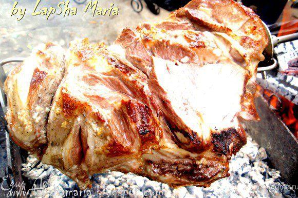 Готовить нужно довольно долго, постепенно можно срезать верхний слой мяса и кормить им особо проголодавшихся гостей!