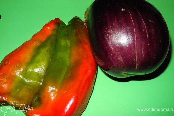 Приготовить овощи: вымыть, обсушить, перец освободить от семян.