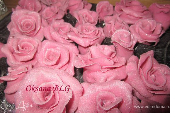 Подготовить розы из мастики (МК по розам - http://www.edimdoma.ru/recipes/21998). Мне понадобилась 51 одна роза. Покрыть их кандурином.