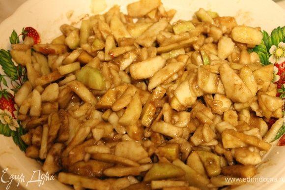 Тем временем, яблоки очистить, тонко нарезать, смешать в большой миске с лимонным соком, 2/3 стаканом сахара (если яблоки сладкие, или вы не такие сладкоежки как я, можно и меньше сахара положить), корицей и ванилином. Примечание: лучше яблоки порезать чуть покрупнее чем я.