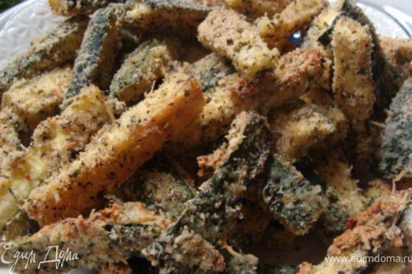 Выложить запеченные палочки цукини на тарелку и подавать со сладким луковым соусом! Приятного аппетита!