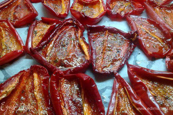 поставить противень с перцем в духовку (120 гр) и вялить 4 часа.Достаем перец и складываем в банку,можно переслоить порезанным чесночком,залить перец маслом.Хранить в холодильнике.