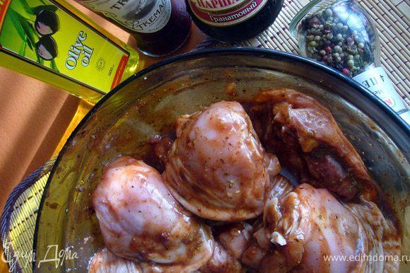 Обильно смазать голени и бёдра маринадом, оставить в закрытой посуде в холоде на 1 час.