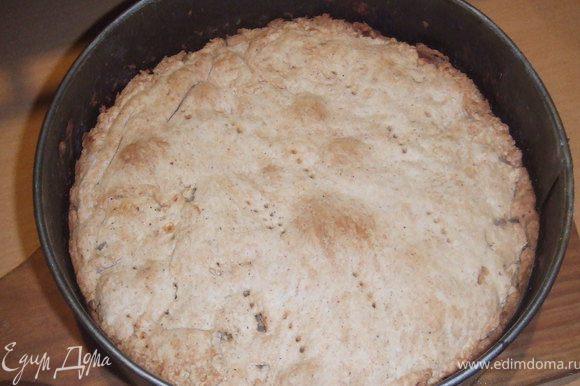 Выпекать пирог, в предварительно разогретой духовке при 180 С, 35-40 минут. Остудить пирог.