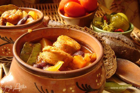 Подать айнтопф можно в глиняном горшке или порционных горшочках с ржаным хлебом и солениями.Приятного аппетита!
