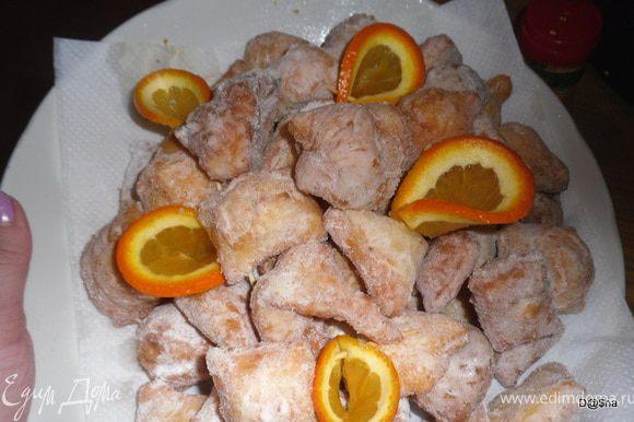 Выложить подушечки на салфетки, чтобы стек лишний жир.А затем, когда они остынут обсыпать их сахарной пудрой(!).Приятного аппетита!!