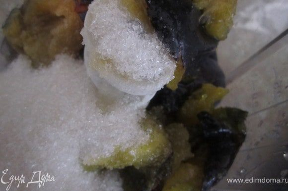 Приготовить сливовый мусс. Сливы вымыть удалить косточку. Взбить с сахаром в блендере.