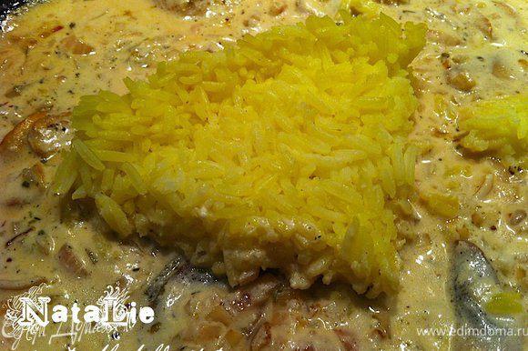 Накрыть крышкой и готовить еще 5-7 минут. Потом добавить рис и перемешать.