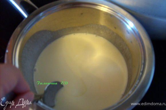 Сливки вскипятить с сахаром, дать немного остыть, влить их в желтковую смесь, перемешать и обратно перелить в кастрюльку
