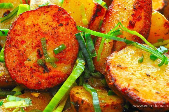 Далее все очень просто. Надо приготовить гарнир. Частью его будет деревенский картофель. Мне он очень нравится. Берем молодой картофель, нарезаем на дольки прямо с кожурой. Разогреваем глубокую сковородку, добавляем оливковое масло для жарки, выкладываем дольки картофеля и обжариваем, постоянно встряхивая картофель на сковороде. По мере приготовления порционно, несколько раз добавляем специи – морскую соль, куркуму и тимьян. В итоге получаем очень красивую, золотисто-рыжую картошку с хрустящей корочкой и рассыпчатую внутри.