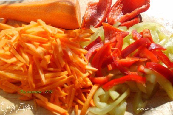 Морковь и болгарский перец - соломкой, отправляем туда же