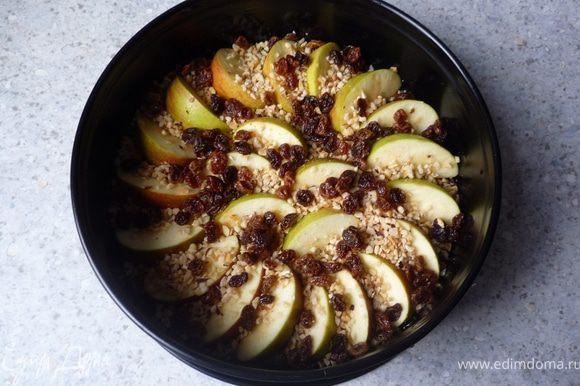 Сверху распределить яблоки, посыпать орешками и изюмом.