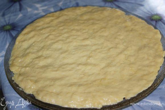 Разделить тесто на 2 части. 1 СПОСОБ приготовления в СВЧ: Распределить тесто на стеклянном блюде для СВЧ по всей поверхности. (Чтобы тесто не прилипало к рукам, руки смажьте растительным маслом)