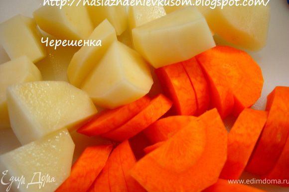 Картофель и морковь режем средними кубиками…