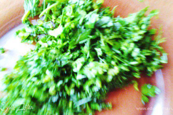 Мелко нарезать помидоры, болгарский перец и зелень.
