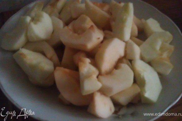 Очистить яблоки, порезать на дольки.