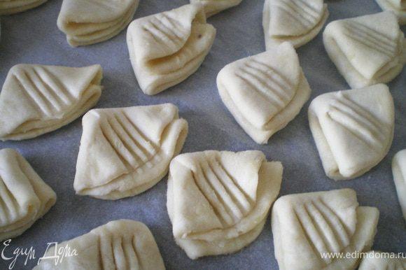 В середине прижать печенье вилкой так, чтобы получилась гусиная лапка. Выпекать печенье 25 минут при температуре 200 С.