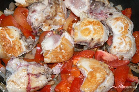 Введите нарезанные помидоры, вино или куриный бульон и курицу. Вскипятите, и томите на слабом огне 20-30 минут, накрыв крышкой