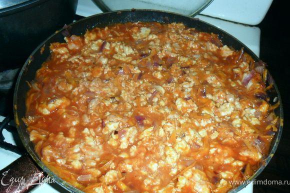 через 5 мин добавить томаты вместе с соком,соль,перец,тщательно перемешать.Тушить 5-10 мин.