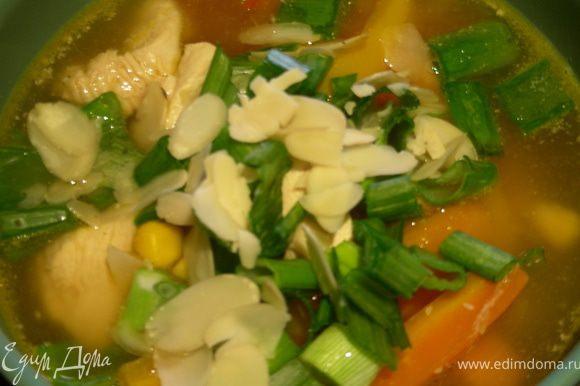 Наконец, разливаем суп по тарелкам и украшаем зеленым луком и миндалем.
