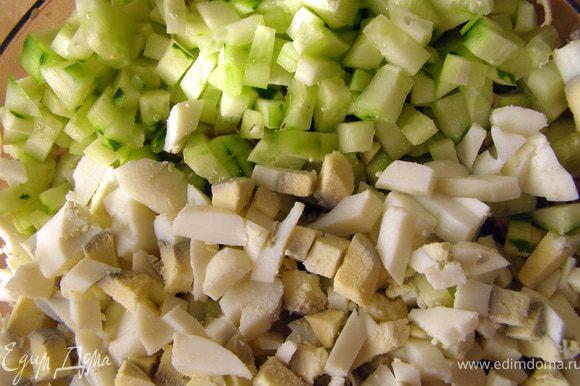 Огурцы и яйца порезать кубиками одной величины.