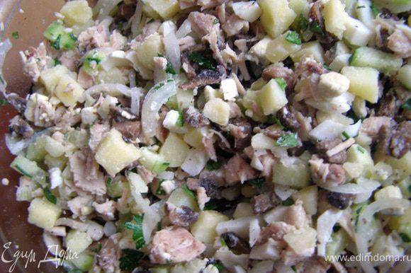 В салатнике аккуратно смешать все ингредиенты, заправить салат и подавать тотчас.