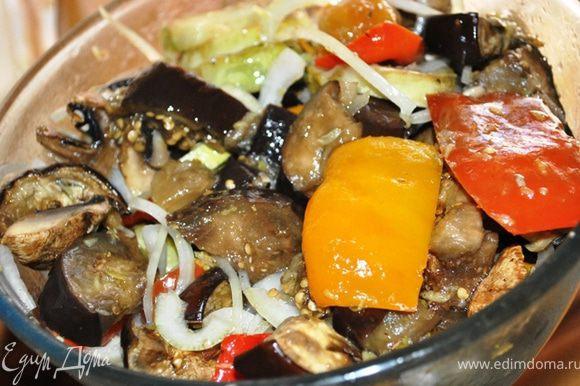 В маринад выложить теплые овощи. Перемешать и оставить мариноваться минимум на 3 часа. Периодически перемешивать.
