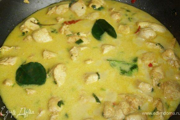 В конце тушения добавляю листики лайма и выливаю рыбный соус. Пробую, если соли недостаточно, солю.