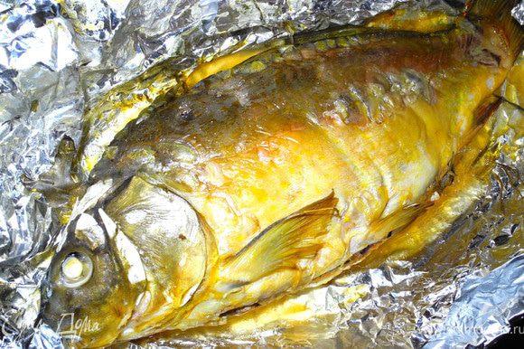 Зашила пузико. Операция прошла успешно. Запечатала в конвертик из фольги и выпекала около часа при температуре 200 градусов. Вот такая красивая золотистая рыбка получилась.