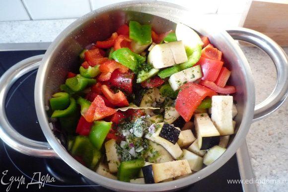 Затем добавить перец, баклажан, лавровый лист, соль, перец и 2ч.л. прованских трав. Все немного обжарить. Затем накрыть крышкой и томить на медленном огне 10 минут, периодически помешивая.
