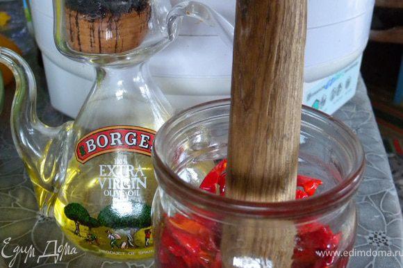 Сложить плотненько в стерильную баночку проливая растительным маслом. Хранить в холодильнике