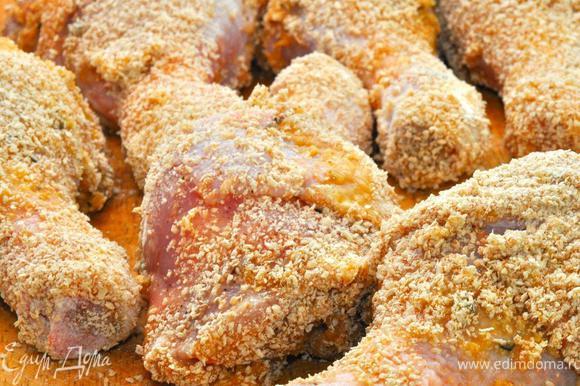 Возвращаемся к нашему цыпленку. Надо подготовить его к обжарке. Все очень просто. Окуните куриные голени в яйцо, затем обваляйте в сухарях. Потом обжарьте на сковородке или гриле до полуготовности и легкого румянца.