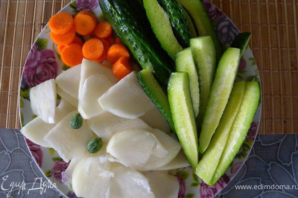 К такому мяску я люблю просто нарезку овощей.