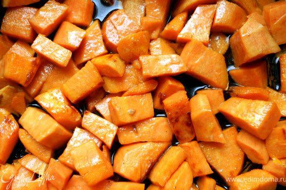 В глубокой сковороде/кастрюле разогреть немного масла, обжарить очищенный и нарезанный батат, 3-4 минуты, на сильном огне.