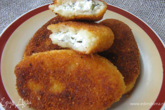 Подавать пирожки тёплыми с горячим мясным или куриным бульоном и свекольно-сметанным соусом.Просто,сытно и очень вкусно! Приятного аппетита!