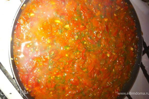 Приготовить соус: лук обжарить, добавить измельченные помидоры, посолить, поперчить, добавить щепотку сахара, прованских трав и тушить на медленном огне под крышкой минут 8. Затем выдавить в соус чеснок, добавить зелень и снова тушить под крышкой до консистенции однородного густого соуса. Если сока получилось мало для тушения, можно добавить воды, бульона или томтного сока.