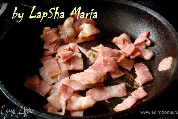 Если вы хотите сделать блюдо более стыным или кто-то вашей семье не признает супов без мяса, можно обжарить кусочки бекона...
